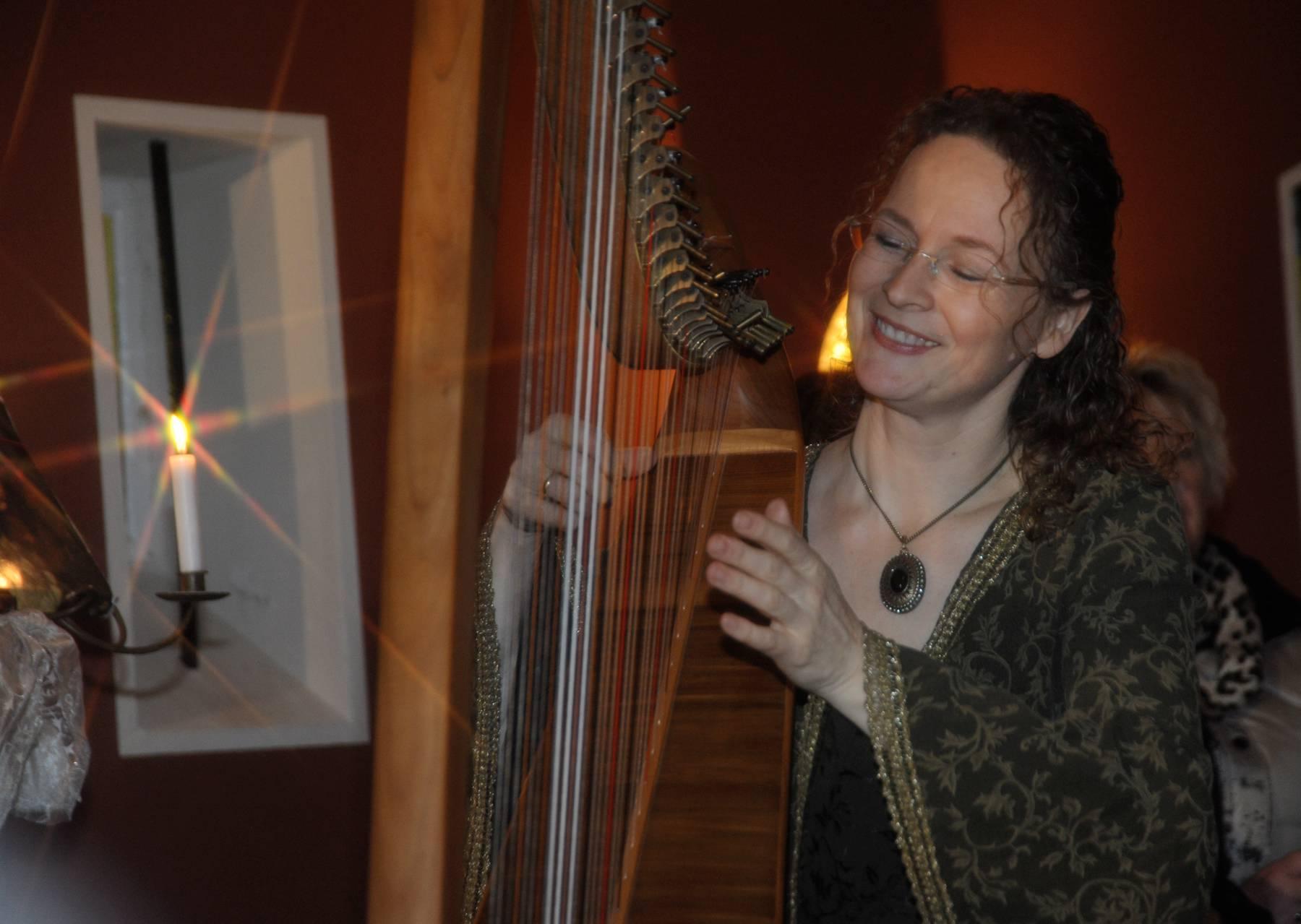 Märchenerzähler  Märchenerzähler   Harfe Instrument Musikinstrumet  Klang            Brigtitte Hagen erzählte Märchen, während Heike Tönjes die Vorträge mit ihrem einfühlsamen Harfenspiel begleitete. Märchen